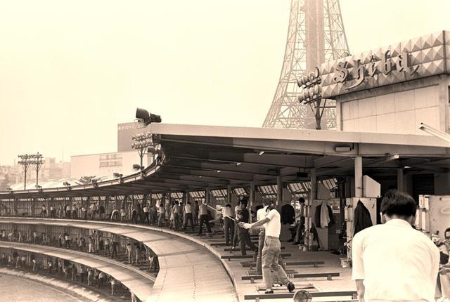 画像: 1959年芝ゴルフ場開場。都心にありながら広大な敷地に3階建て。バブル期には1日1500人が訪れた
