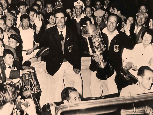 画像: 1957年第5回カナダカップを制した中村寅吉(右)と小野光一(左)