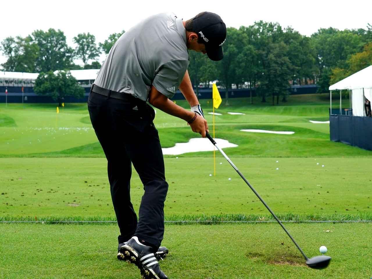 """画像: 【飛ばし】クラブの進化が生んだ最先端理論「サイドベンド打法」。スウィングに""""タテ""""の動きを加えよう! - ゴルフへ行こうWEB by ゴルフダイジェスト"""