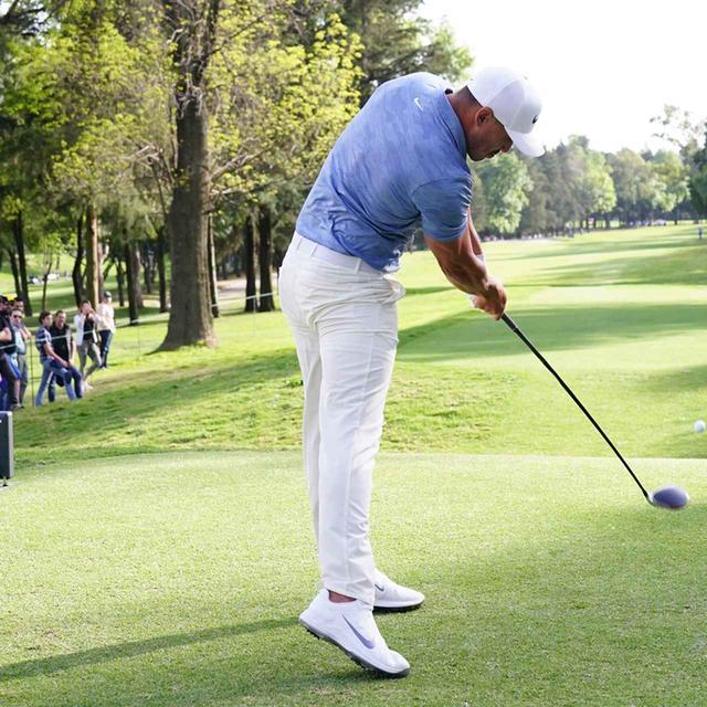 画像: フォローまで左わきは開けたまま、体を開いてボールを捉える