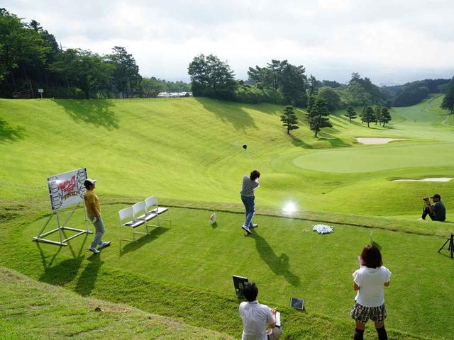 画像: 高台に特設された打ち下ろしのティから飛距離を計測。準決勝からは各者7球を打って5球の平均値で競う