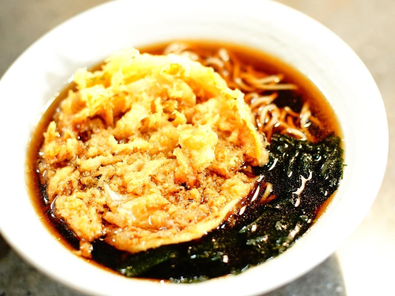 画像: 5品目はもうひとつの定番 「天ぷらそば」。東京の立ち食いらしい、かえしの利いたつゆ