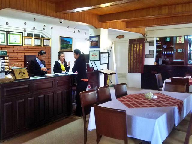 画像: クラブハウス内、現在のフロント