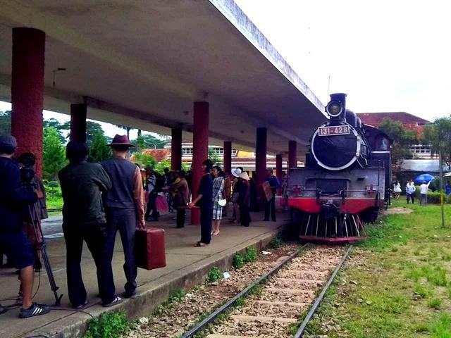 画像: 駅に停まるSL。「国鉄C12形蒸気機関車」という日本製