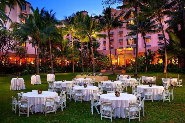 画像: 砂浜とホテルに囲まれたガーデンレストラン