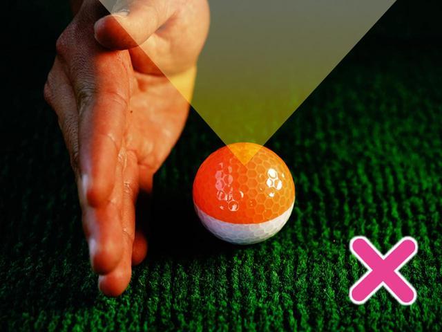 画像: ✖ ボールを真上から見ると上から入りやすい