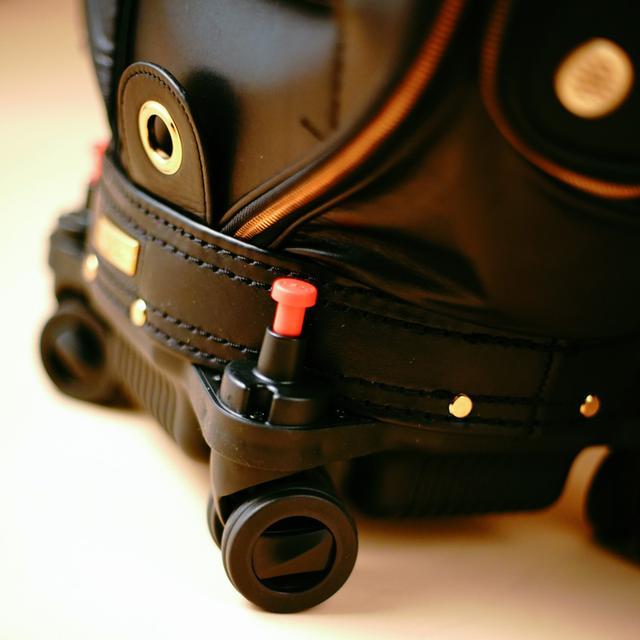 画像: 四輪ホイールで自由自在に移動、赤ボタンでカンタンに固定可能
