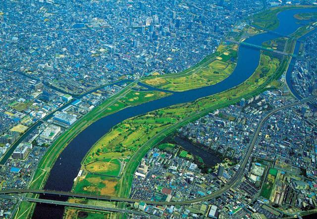 画像: 荒川の河川敷にコースは展開する。河川敷は都会のオアシス的存在だ。画面左側は埼玉県の川口市浮間ゴルフ場