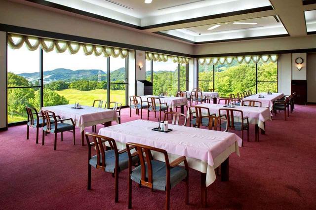 画像: 9番ホールが見渡せるクラブハウスのレストラン
