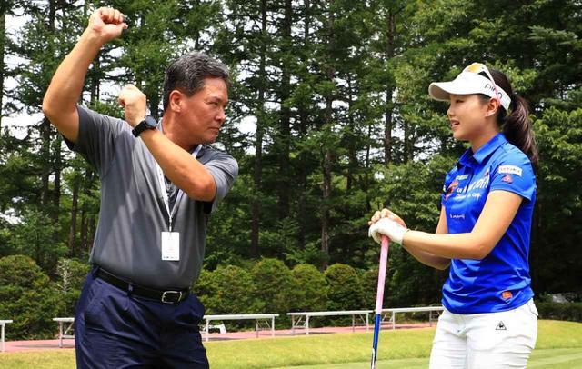 画像: クォン教授とセキ・ユウティン。トーナメント会場で