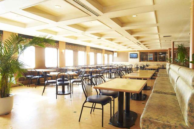画像: レストランは広く快適