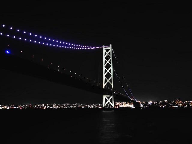 画像: 真下から見上げた明石海峡大橋。写真では伝えきれませんが、光の絶景です。