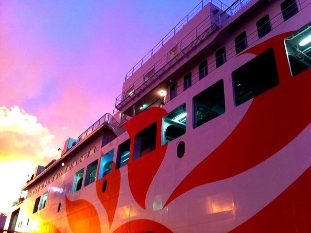 画像: 19:05 別府へ向けて黄昏時の大阪港を出航