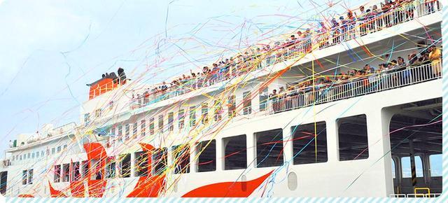 画像: 週末の出港時には紙テープ投げを実施することも。色とりどりのテープが美しく舞う情景はまるで映画のワンシーンのようです