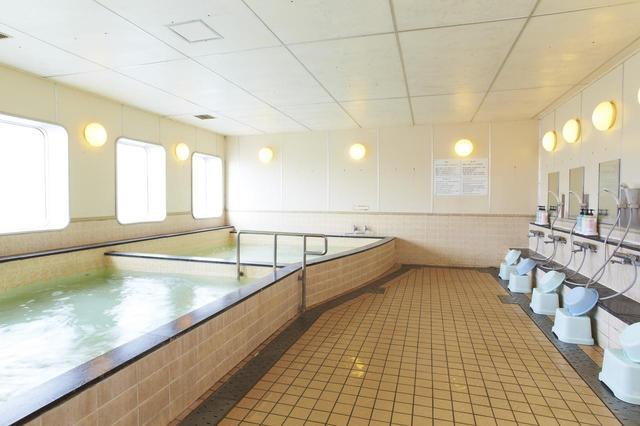 画像: 客室のバスルームのほかに、展望浴場もあります