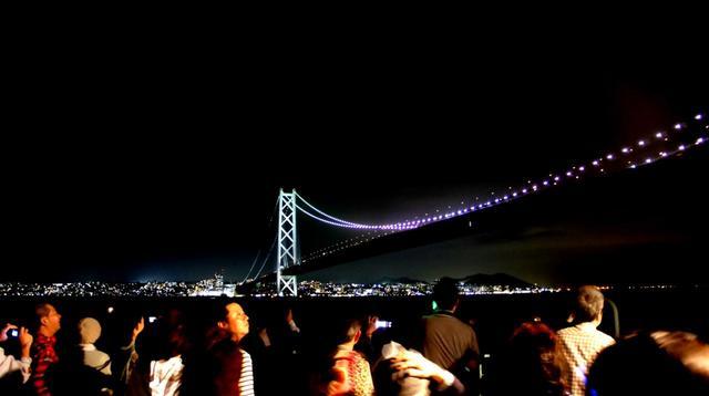画像: デッキの上では大勢の乗客が夜景を堪能