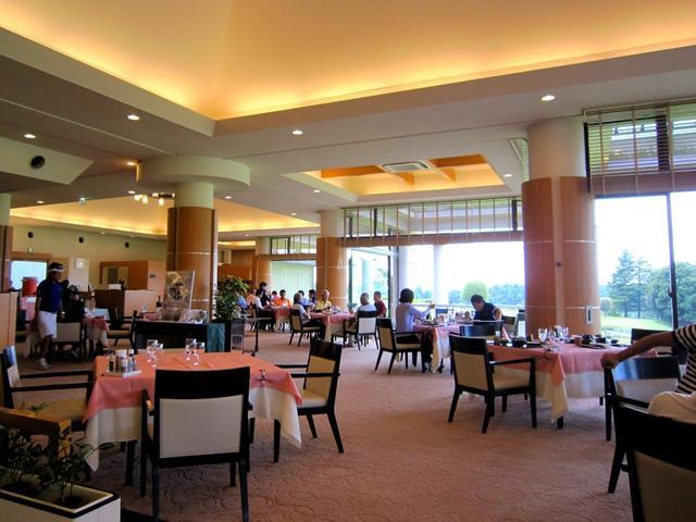 画像: レストランは1階にある。大きな窓があって明るく開放的