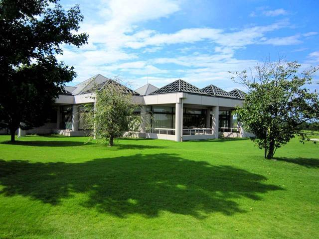 画像: きみさらずゴルフリンクスのクラブハウス。モダンな平屋造り