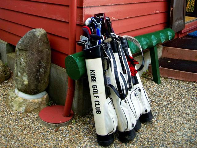 画像: レトロなデザインのクラブ専用バッグ。ここに自分のクラブを10本まで入れられる