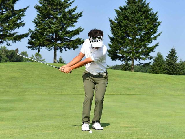 画像2: 左足体重で上体の回転でスウィング。頭を動かさずに前傾角度を変えない