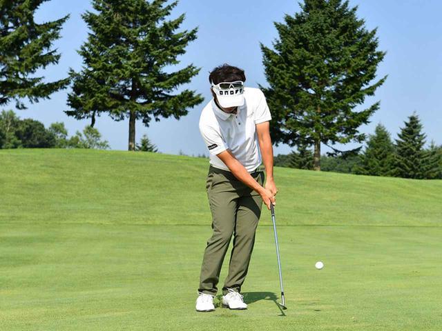 画像3: 左足体重で上体の回転でスウィング。頭を動かさずに前傾角度を変えない