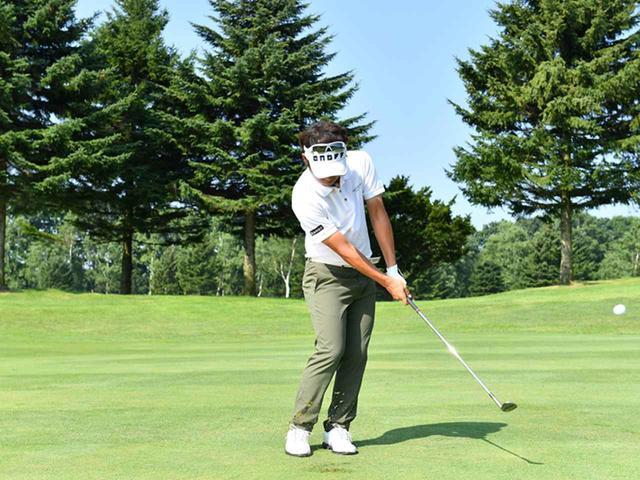 画像3: ボールは右足の前。右手の角度はキープしたまま、体の回転で打つ