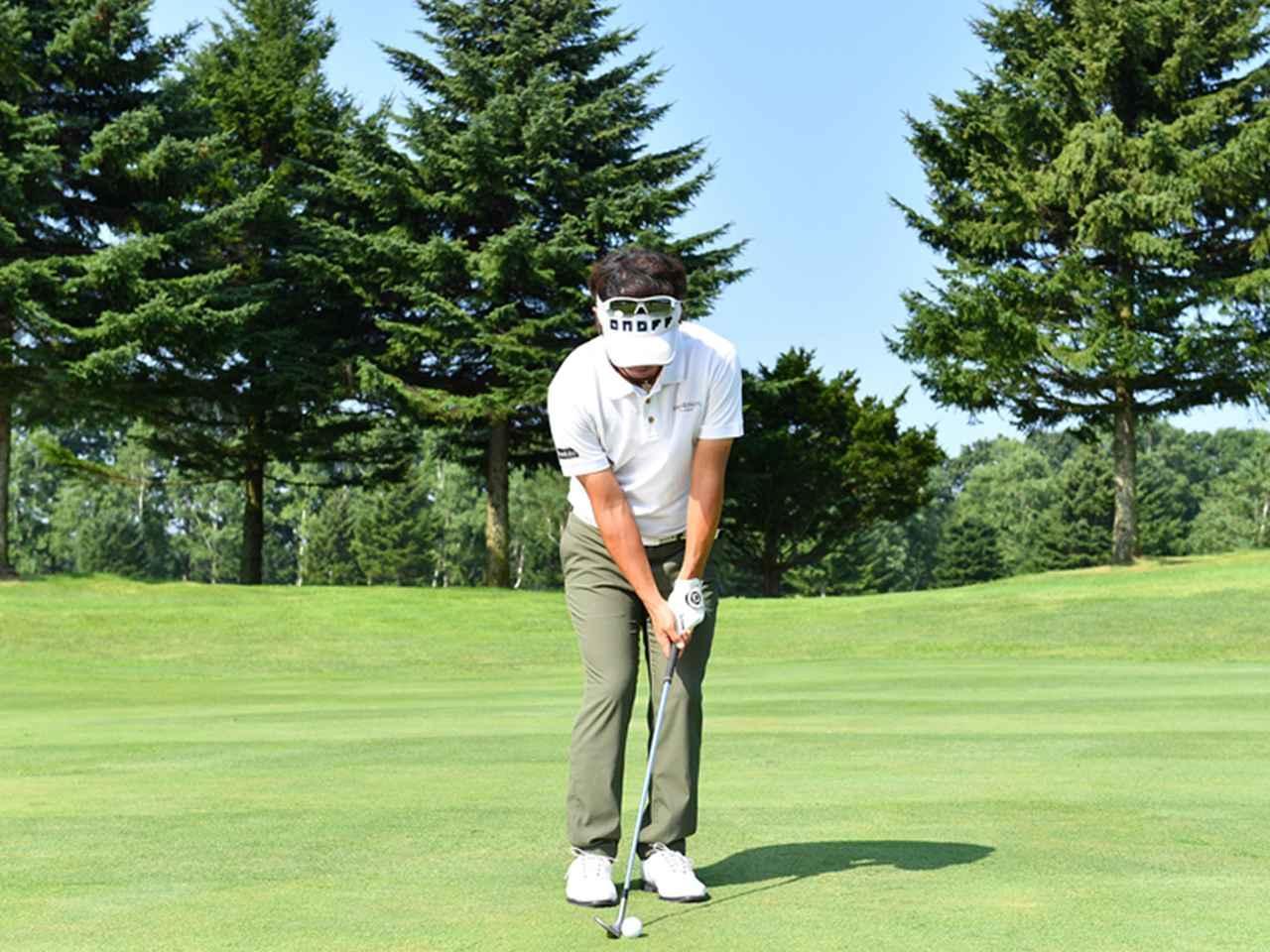 画像1: ボールは右足の前。右手の角度はキープしたまま、体の回転で打つ