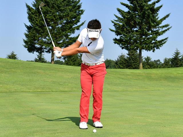 画像2: ボールは左足かかとの前。フェースを開いたままフォロースルー