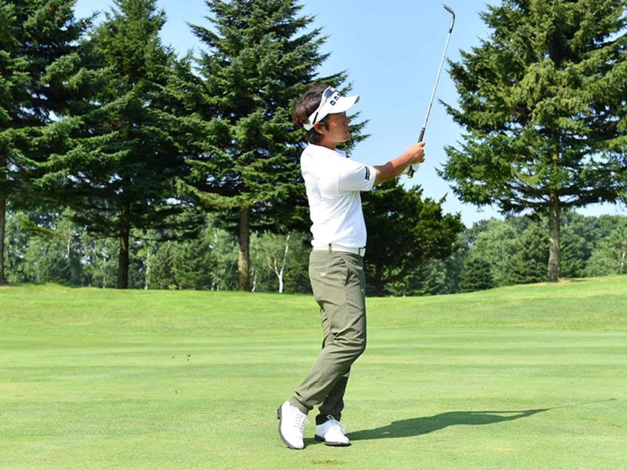 画像4: ボールは右足の前。右手の角度はキープしたまま、体の回転で打つ