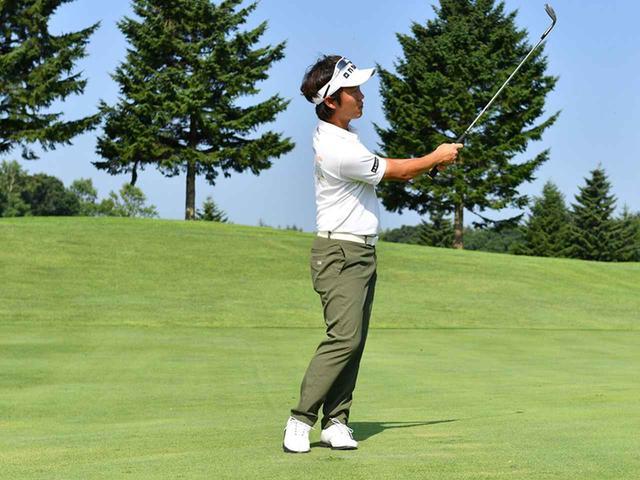画像4: 左足体重で上体の回転でスウィング。頭を動かさずに前傾角度を変えない