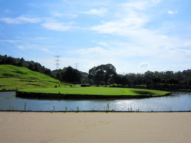 画像: きみさらずGLのアイランドグリーン。17番パー3、ホールの左サイドから見た風景