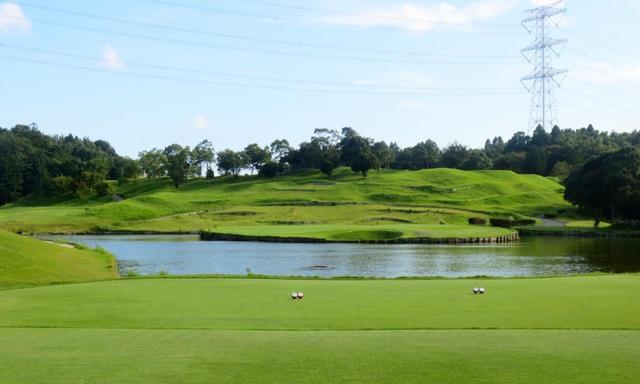 画像: 17番(183Y・P3)グリーン周囲はすべて池だが、左右42Y、奥行き33Yとグリーン自体は大きい