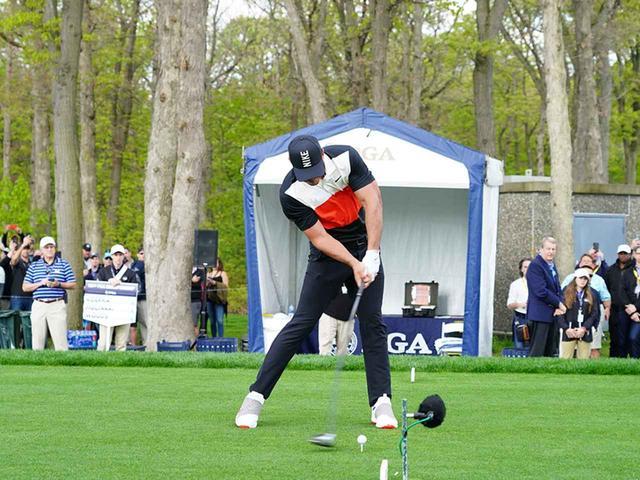 画像1: インパクト 左わきをしめたまま肩をターン。ボールを押し込める