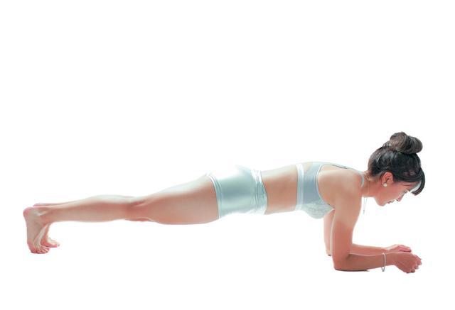画像: 腹筋にテンションをかけ目覚めさせる