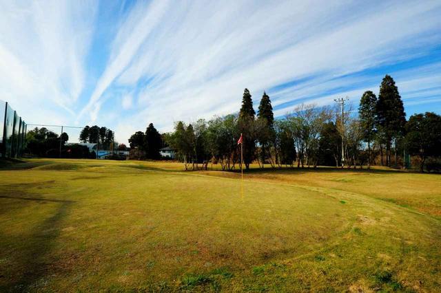 画像: 10H(63Y)コスパ抜群なので定期的に通えそう。芝の上からの練習はショートゲームの上達にもぴったり