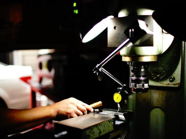 画像: 水平を保つことで製造精度が高まると佐々家さん。水平器は水を使用したものではなく高度な機械式を使用