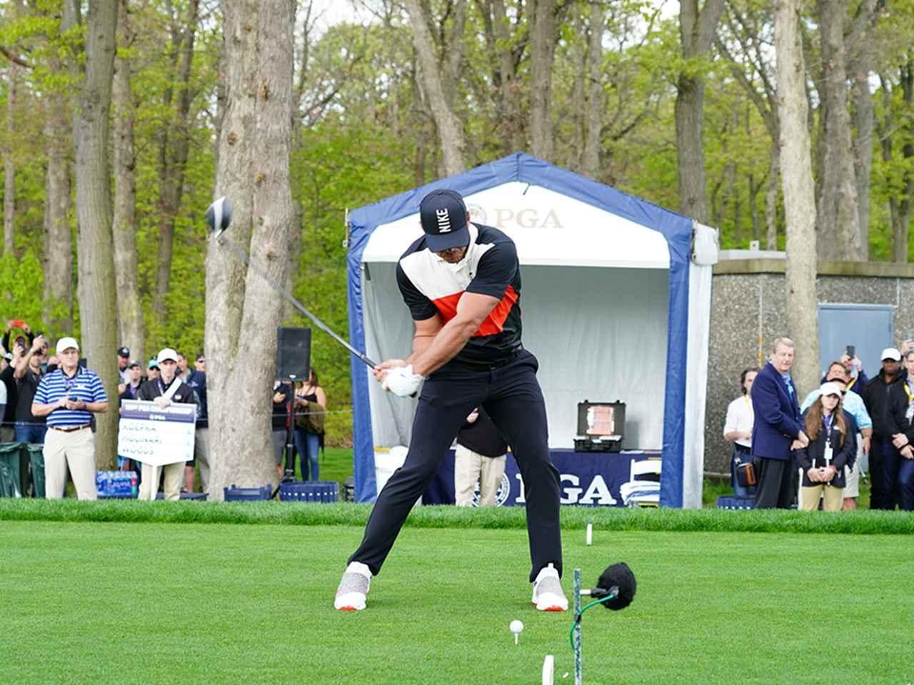 画像: ダウンスウィング 腕とクラブはそのままで右肩と左肩を入れ替える
