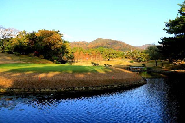画像2: 3番ホール/176㍎/パー3 距離的には難しくないが、手前の池がグリーンを囲むように入り込み正確なショットが必要