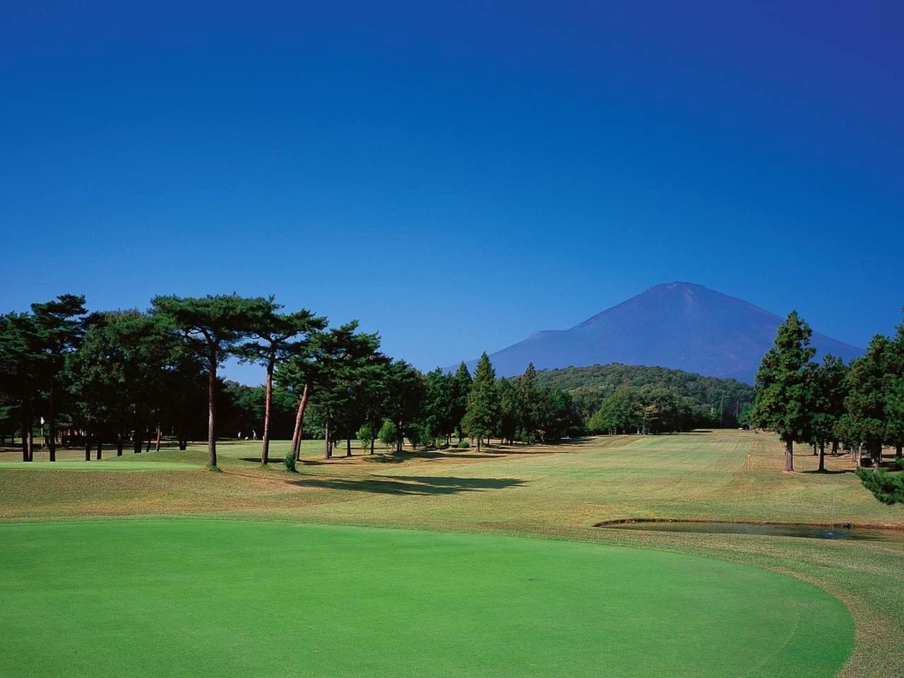 画像: 4番ホール/356㍎/パー4(富士コース)僅かに打ち下ろし、左グリーン手前には小さいが池がある。振り返ればそこには雄大な富士が鎮座