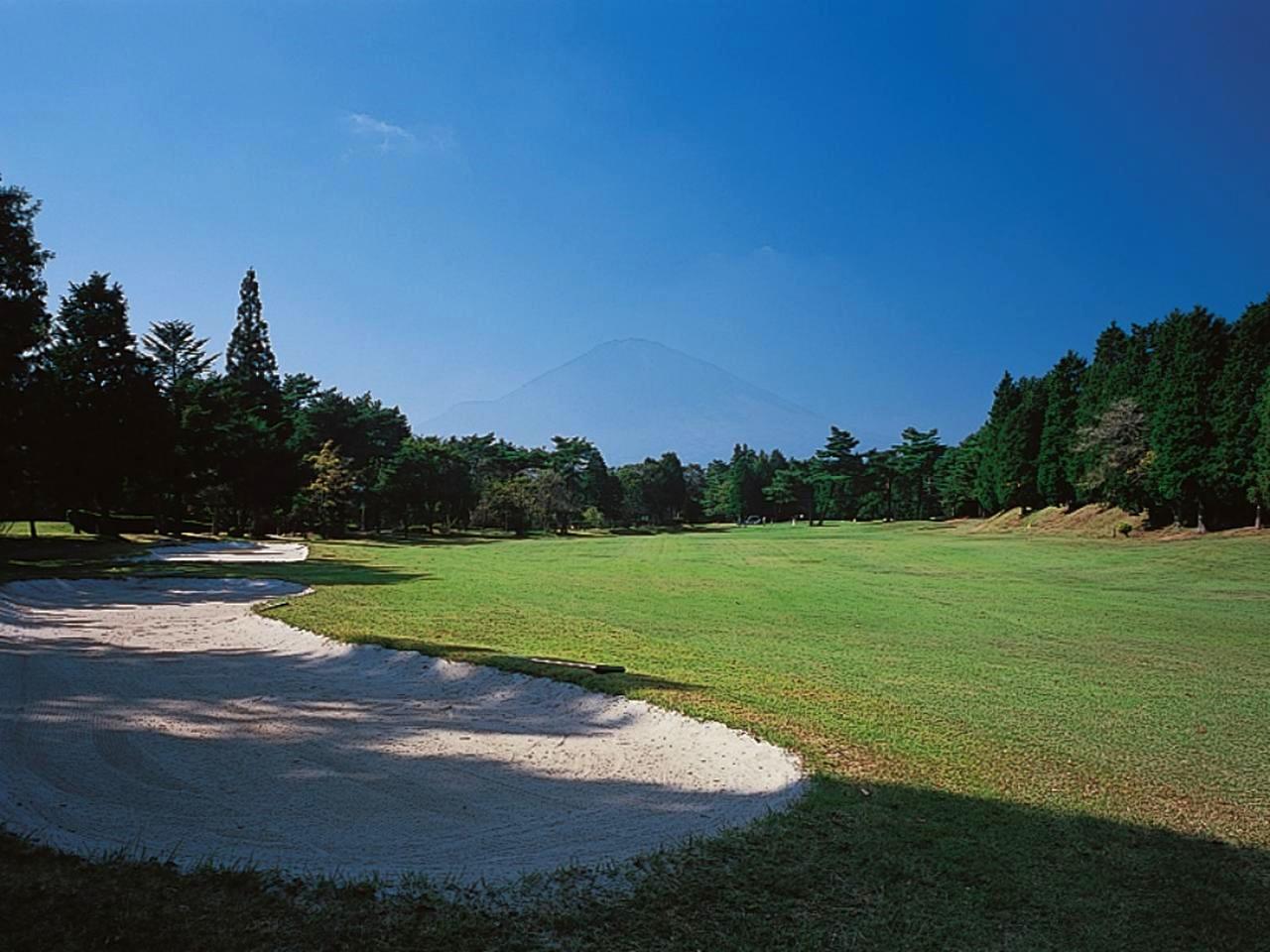 画像: 3番ホール/408㍎/パー4(丹沢コース)2オンが難しいやや右ドッグレッグで、富士に向かって豪快に攻める打ち上げのホール