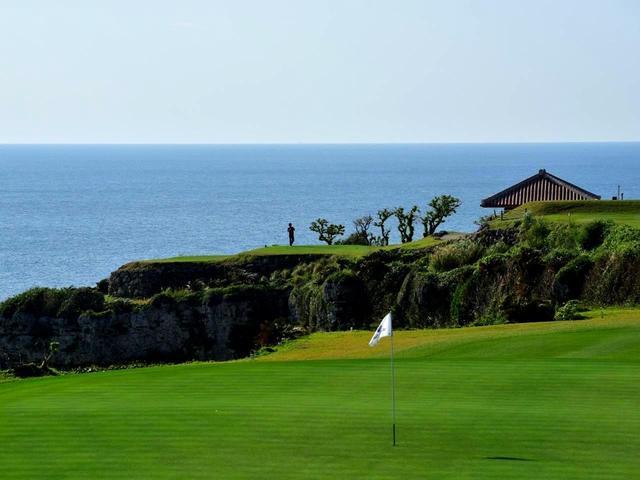 画像: 8番グリーン、海を望む絶景
