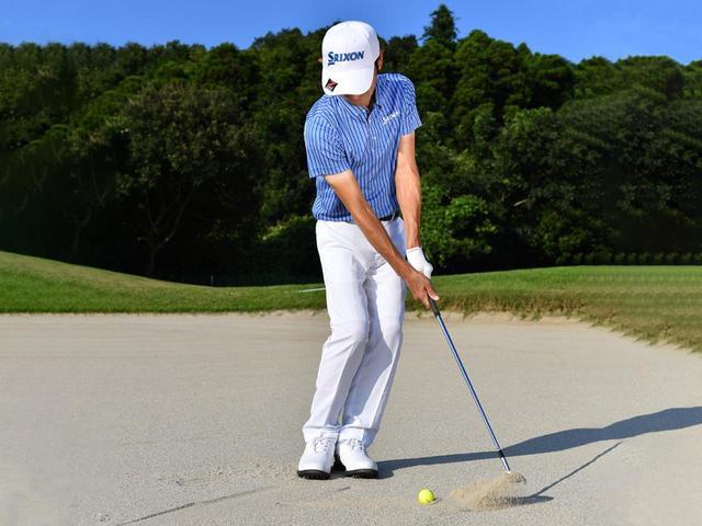 画像3: ズズズッとヘッドを引きずってボール下の砂を取る感触を確かめていく
