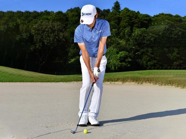 画像1: ズズズッとヘッドを引きずってボール下の砂を取る感触を確かめていく