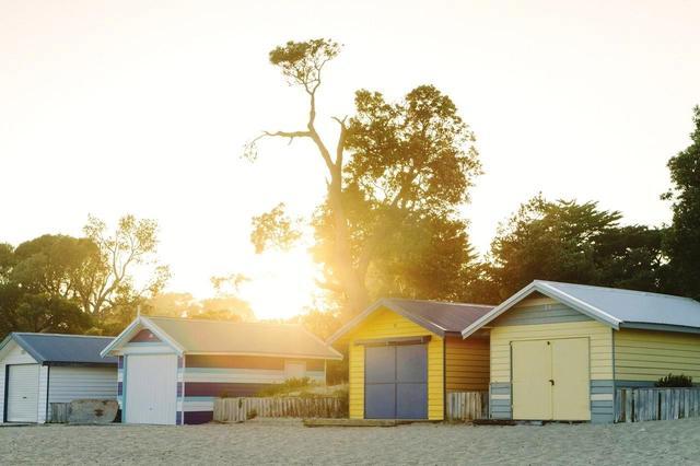 画像: カラフルなビーチハウスは、電気も水道もなくシンプルな作り