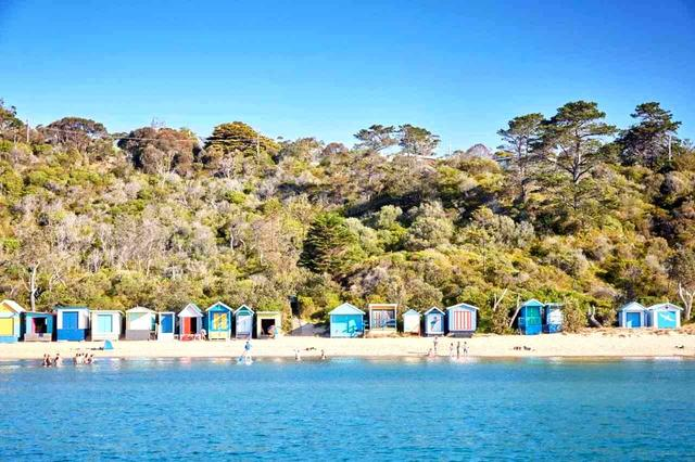 画像: カラフルなビーチハウス(ベージングボックス)が並ぶモーニントンビーチ