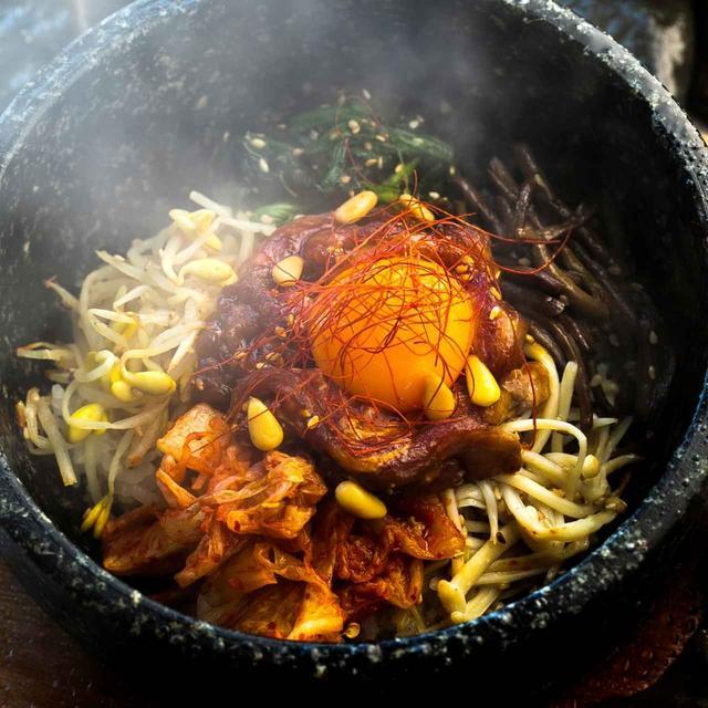 画像: 松の実が食感のアクセント。キムチにぜんまい、ホウレン草、エノキ、豆もやしと彩りも鮮やか。スープ、デザート、韓国のり付き