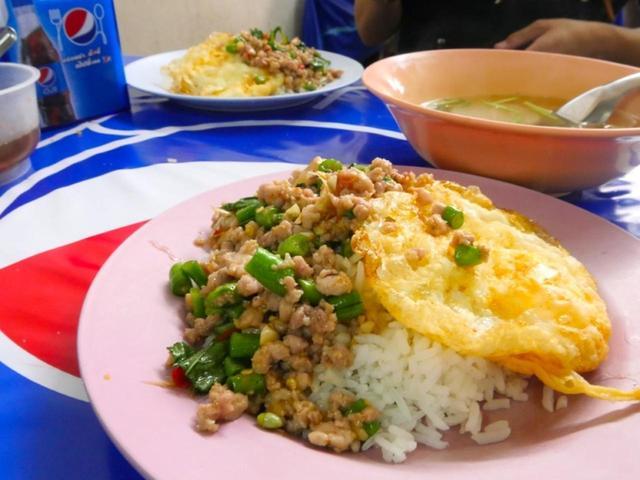 画像: 鶏肉や豚肉を唐辛子などの調味料で炒め、ライスと一緒に食べるガパオライス。こちらも辛いことが多いです