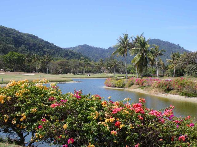 画像: 海沿いのコース内には10の池、マレーシアらしい花が咲くホールもある