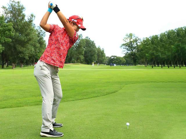 画像1: 左腰に振り下ろすとインサイドかほぼストレートで下りてくる