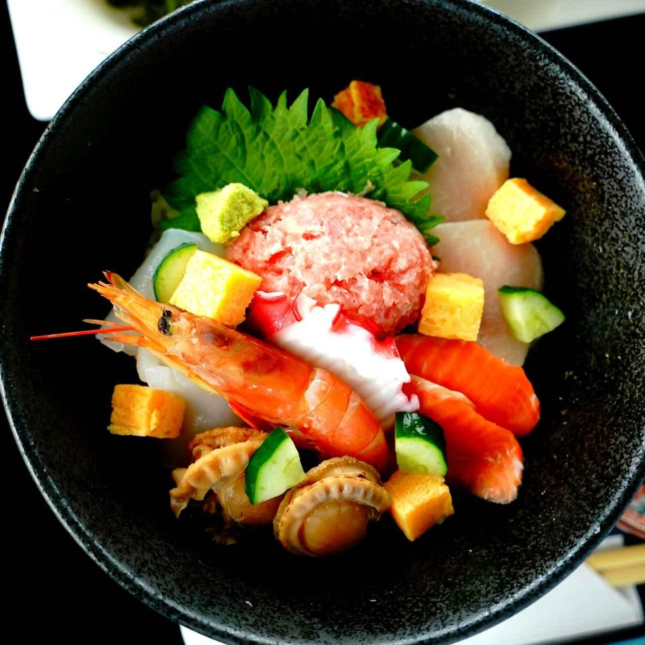 画像: クラブハウスの人気メニュー。海鮮丼